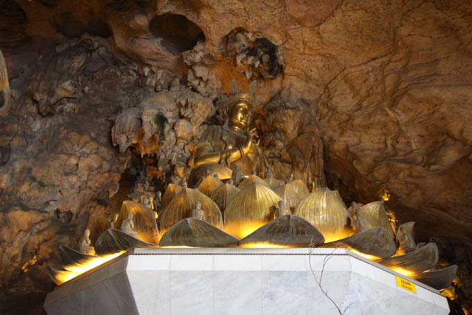 Malaysia-Ipoh-Limestone Cave Temple-11